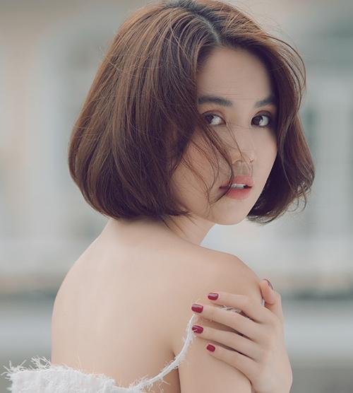 Ngọc Trinh cắt tóc ngắn nhưng vẫn đẹp mong manh.