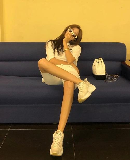 Hyo Min ngồi gác chân men-lỳ trong buổi tổng duyệt sự kiện âm nhạc tối nay ở TP HCM.