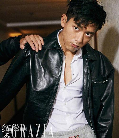 Nam thần 28 tuổi bảnh bao với đồ đen trên tạp chí.