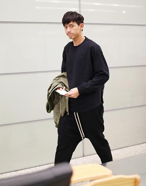 Từ đi sự kiện cho đến ra sân bay, dù mix nhiều phong cách khác nhau nhưng Lý Hiện vẫn toát lên vẻ nam tính.