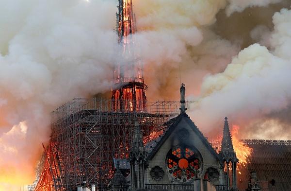 Khói bốc cháy từ Nhà thờ Đức Bà hôm 15/4.