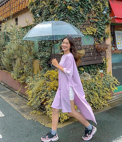 Khả Ngân diện style sporty ngập tràn màu sắc trên đường phố Nhật Bản.