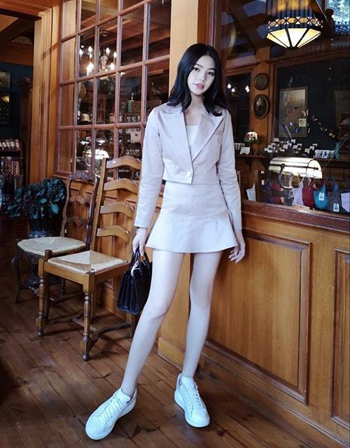 Jolie Nguyễn khoe đôi chân không tì vết với set đồ kiểu tiểu thư.
