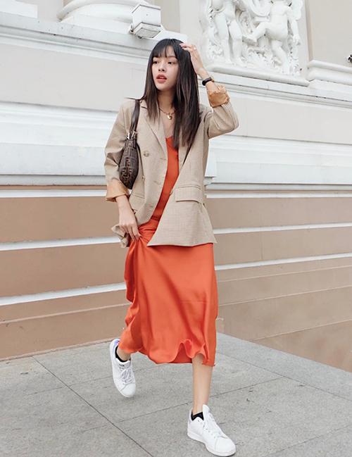 Chiếc váy lụa kiểu đồ ngủ được Tú Hảo biến thành đồ sành điệura phố bằng cách mix blazer.