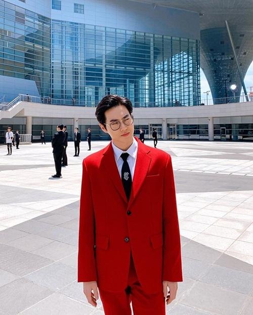Su Ho chất lừ trong bộ vest đỏ rực nổi bật.