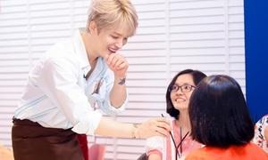 Kim Jae Joong ngời ngời khi pha cà phê phục vụ fan Việt