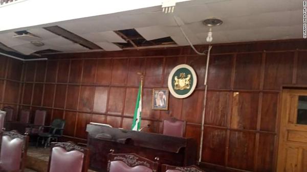 Hội trường bị xuống cấp nghiêm trọng tại tòa nhà lập pháp bang Ondo, Nigeria. Ảnh: CNN.