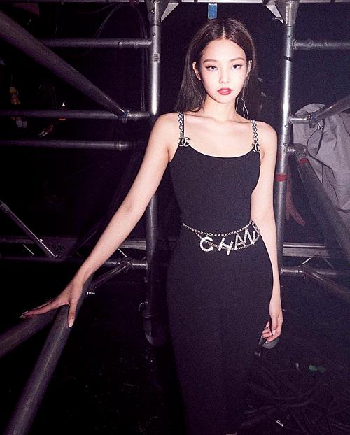 Tuy nhiên, trái ngược với phong cách đáng yêu, Jennie còn chinh phục luôn cả style sexy lôi cuốn. Chỉ với ánh mắt, bờ môi,