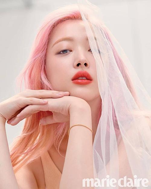 Hình ảnh đa dạng của Sulli khiến nhiều netizen ngưỡng mộ.