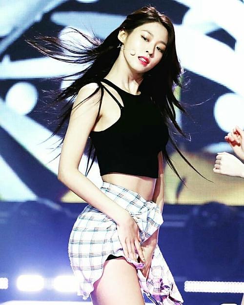 Sở hữu thân hình nóng bỏng, Seolhyun nhiều lần gây ấn tượng với phong cách gợi cảm, sexy. Tuy nhiên, thành viên nhóm AOA vẫn có khía cạnh đáng yêu, hồn nhiên khiến fan xiêu lòng.