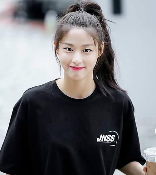 Seolhyun ghi điểm với diện mạo trong trẻo, tươi tắn.