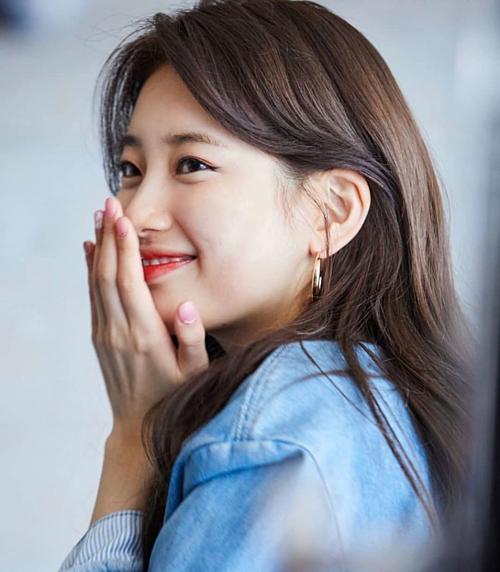Dù nhan sắc đến giờ còn là đề tài gây tranh cãi, nhưng Suzy vẫn lọt vào danh sách những người đẹp vừa dễ thương, vừa gợi cảm của showbiz Hàn.