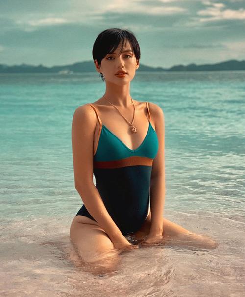 Bức hình đồ tắm khoe làn da căng bóng khỏe khoắn của Khánh Linh được khen đẹp chẳng khác gì ảnh tạp chí.