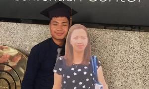 Chàng sinh viên chụp ảnh tốt nghiệp cùng ảnh mẹ quá cố
