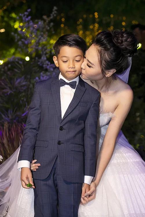 Đàm Thu Trang thể hiện tình cảm với con riêng của chồng.