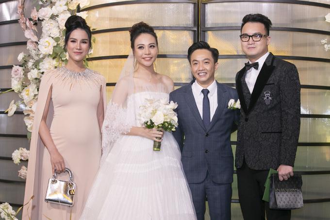 """<p> Đám cưới của Đàm Thu Trang - Cường Đô La diễn ra tối 28/7 tại TP HCM. Cặp đôi có mặt từ sớm để đón khách. Nhiều sao Việt cũng """"đội mưa"""" có mặt để chúc phúc.</p>"""