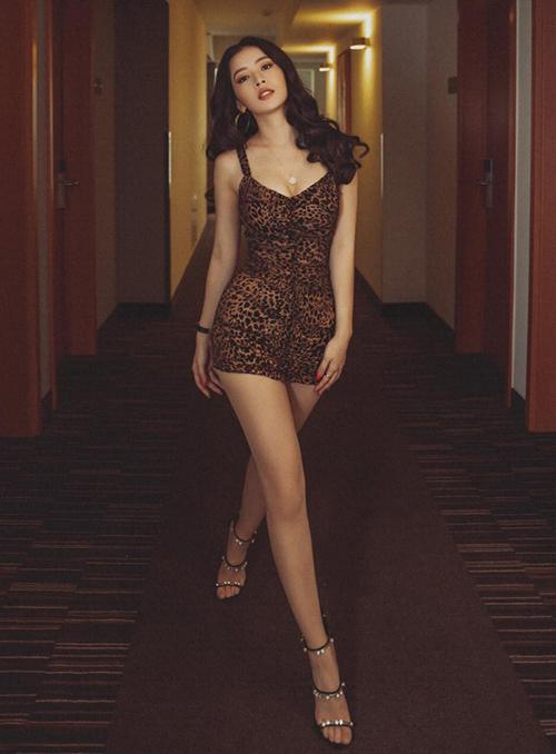Tham dự một sự kiện gần đây, Chi Pu nhận được nhiều lời khen với diện mạo xuất sắc. Nữ diễn viên - ca sĩ diện bộ đầm da báo hot trend với kiểu dáng đơn giản nhưng vẫn rất nổi bật. Thiết kế ôm sát cơ thể, ngắn chỉ vừa che đủ vòng ba, giúp Chi Pu khoe đôi chân thon dài.