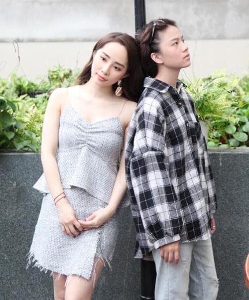 Trong Về nhà đi con, Quỳnh Nga và Bảo Hân ghét nhau ra mặt. Tuy nhiên ngoài đời hai chị em lại rất thân thiết trong hậu trường.