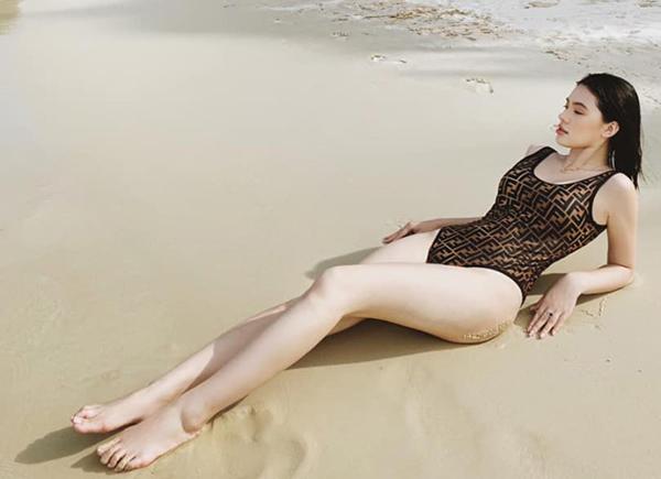 Jolie Nguyễn khoe dáng gợi cảm với bộ đồ tắm hàng hiệu trên biển Phú Quốc.