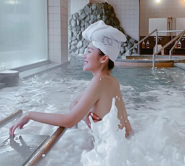 Khả Ngân táo bạo chụp hình lúc đang tắm.