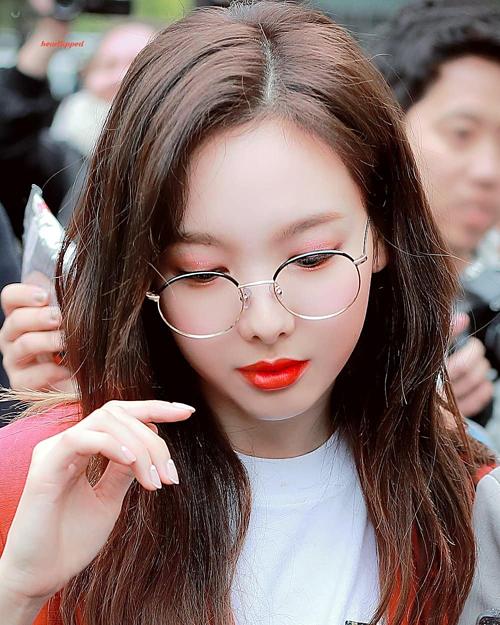 Để vẻ ngoài gợi cảm hơn, Na Yeon cũng chọn cách tô son đầy môi, kẻ viền trau chuốt.
