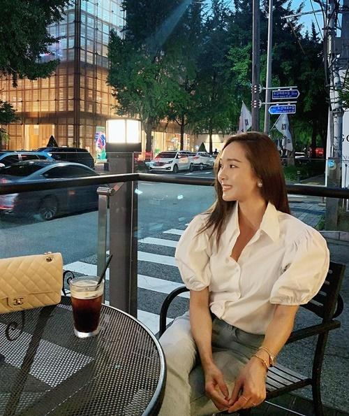 Jessica thảnh thơi ngắm cảnh thành phố Seoul.