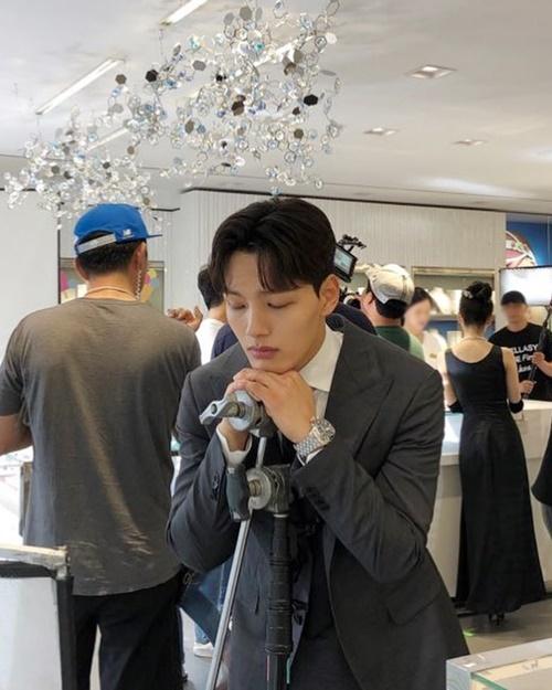 Yeo Jin Goo như sắp ngủ gật ngay khi đang đứng trên trường quay Hotel Del Luna.