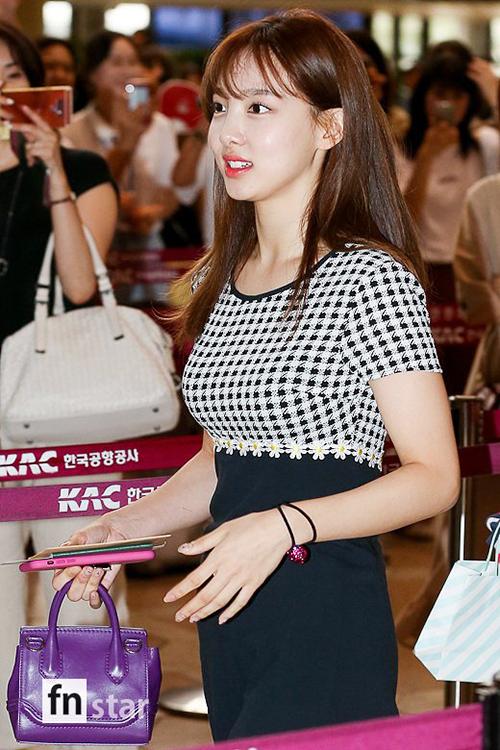 Na Yeon khiến nhiều người bất ngờ với kiểu áo khoe vòng một gợi cảm ở sân bay.