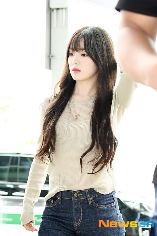 Chị cả của nhóm được khen trẻ trung hơn với style mới. Nhiều thành viên trong Red Velvet đổi kiểu tóc, fan dự đoán nhóm chuẩn bị comback.
