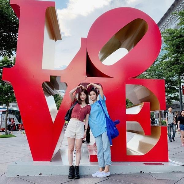 Hai thành viên của Apink là Cho Rong (trái) và Bomi kết đôi đến Đài Loan tổ chức fanmeeting. Hai cô nàng tranh thủ đi chơi, chụp ảnh tình cảm.