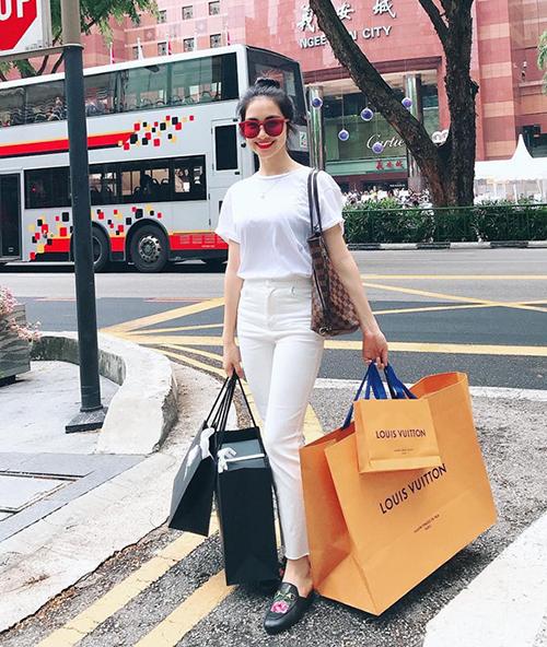 Một trong những lần mua sắm của Hòa Minzy.