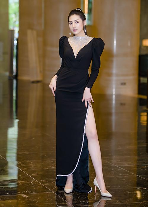 Tối 28/7, Tú Anh diện bộ váy xẻ đùi cao gợi cảm tham dự một sự kiện ở Hà Nội. Cô chọn cách làm tóc độc đáo, phù hợp với trang phục.