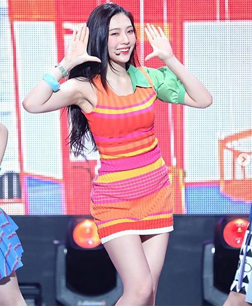 Thay vì cho Joy mặc những trang phục sành điệu, stylist lại để cho cô nàng diện những bộ cánh phá cách thiếu thẩm mỹ. Trang phục của nữ idol luôn trong tình trạng bên mất bên còn.