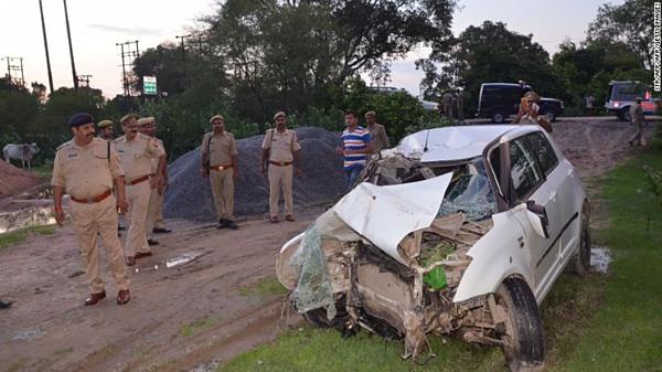 Hiện trường đống đổ nát sau vụ va chạm giữa chiếc xe của cô gái tố cáo nghị sĩ hiếp dâm với chiếc xe tải tại bang Uttar Pradesh.