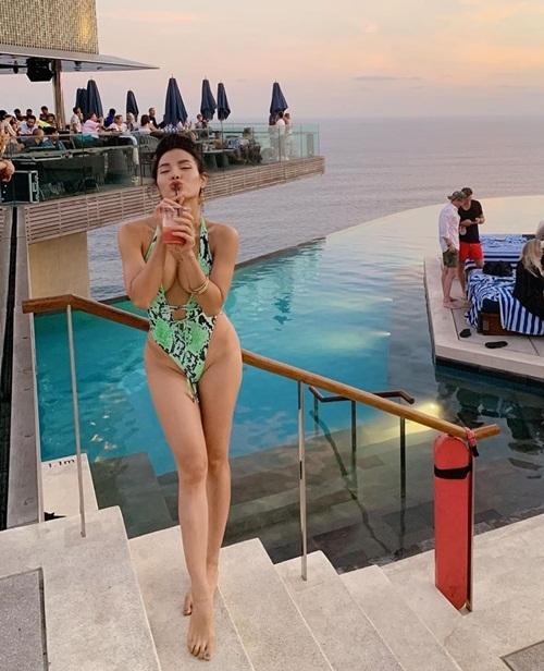 Được xem là một trong những nữ hoàng bikini của Vbiz, Phương Trinh Jolie rất chăm khoe dáng với những bộ đồ tắm sexy. Tuy nhiên trang phục đi nghỉ dưỡng mới đây của cô bị chê phản cảm nhiều hơn gợi cảm.