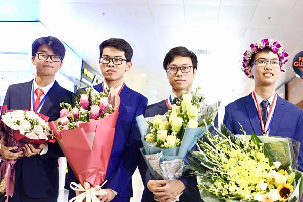 Bá Tân (đứng thứ ba từ trái sang) cùng 3 thành viên trong đoàn thi Olympic Hóa học của Việt Nam.