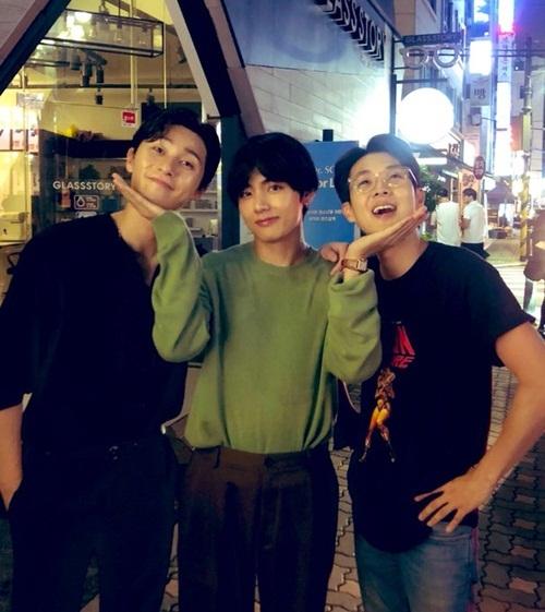 V (giữa) tạo dáng dễ thương cùng Park Seo Joon (trái) và Choi Woo Sik. Anh chàng đến cổ vũ phim điện ảnh mới The Divine Fury của người anh thân thiết Park Seo Joon.