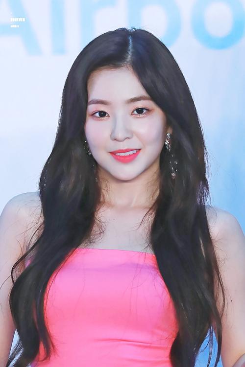 Ngày 30/7, Red Velvet tham dự một sự kiện tại Hong Kong. Irene gây bất ngờ khi trở về với mái tóc rẽ giữa truyền thống.