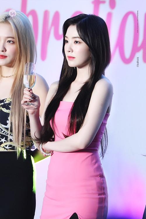 Nhan sắc Irene trở thành chủ đề bàn luận trên Twitter và nhiều diễn đàn Kpop. Các fan
