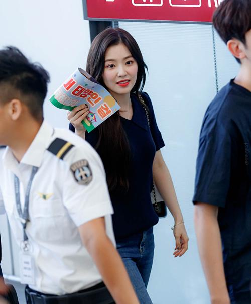 Biểu cảm đáng yêu của Irene tại sân bay Incheon tối qua.