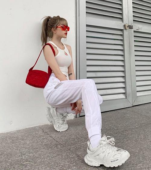 Lisa cực ngầu với set đồ ra phố chỉ có hai màu đỏ - trắng.