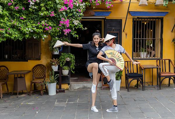 Mai Phương Thúy và Võ Hoàng Yến nhí nhố múa võ ở Hội An.
