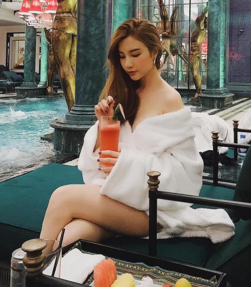 Hạnh Sino khoác áo choàng tắm lả lơi bên bể bơi sang chảnh.