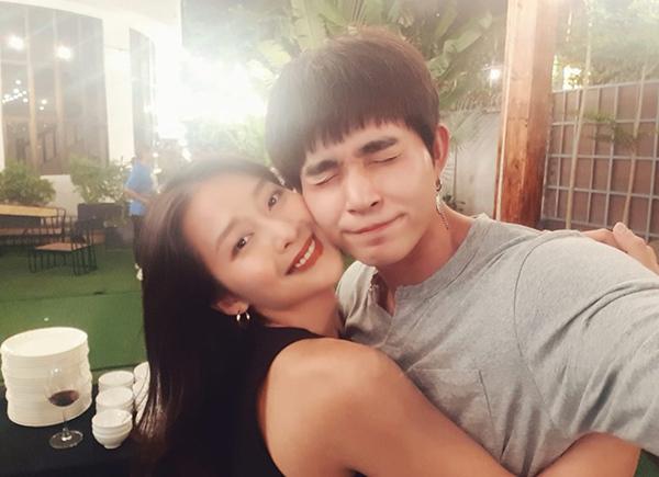 Jun Phạm đăng hình ôm Khả Ngân thân mật để chúc mừng sinh nhật cô nàng.