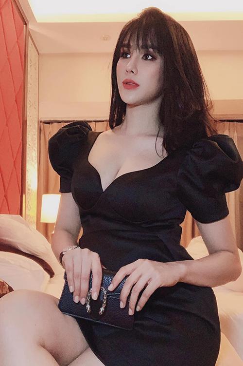 Diệp Lâm Anh đang mang bầu nhưng vẫn ăn diện rất sexy.