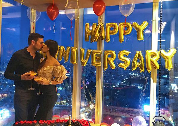 Hà Anh kỷ niệm 3 năm ngày về chung một nhà với ông xã. Cặp đôi vẫn luôn tình tứ như thuở mới yêu.