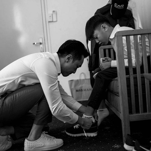Cường Đô la gây chú ý khi chia sẻ bức hình buộc dây giày cho con trai Subeo.