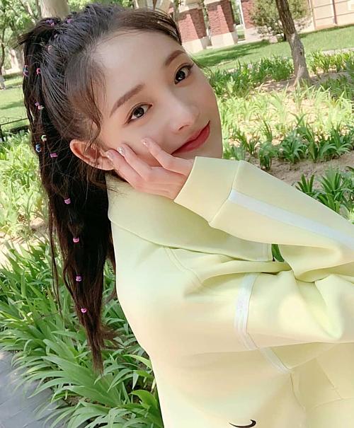 Dù là trào lưu từ những năm 2000 nhưng khi làm điệu tóc với chun màu, Kyul Kyung cũng truyền cảm hứng cho không ít tín đồ làm đẹp.
