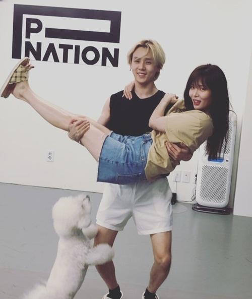 Hyuna khoe khoảnh khắc gia đình hạnh phúc bên bạn trai EDawn và cún cưng.