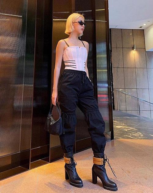 Quỳnh Anh Shyn thường tạo nên sự đối lập thú vị khi mix áo kiểu corset rất gợi cảm, nữ tính với quần túi hộp, giày boots hầm hố.